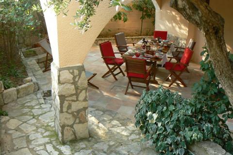 petit-dejeuner-terrasse-ombragee