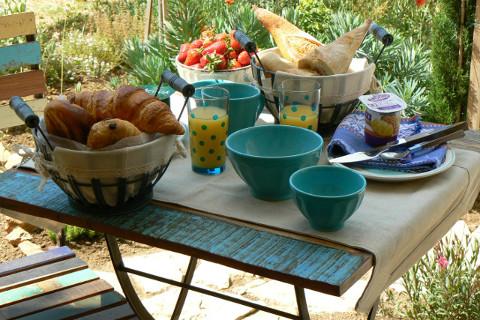 Petit déjeuner côté jardin méditerranéen