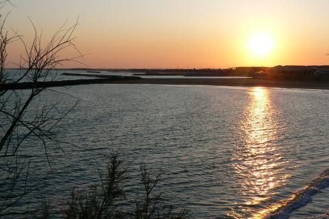 coucher de soleil sur la plage de la Corniche